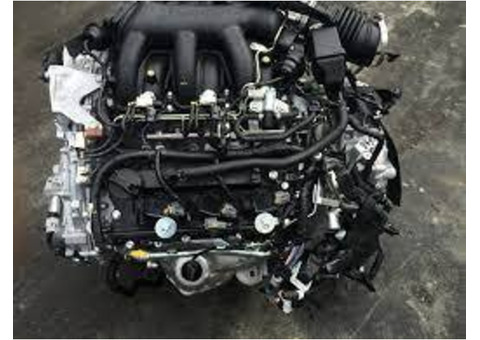 Complete and slim motor vehicle engine